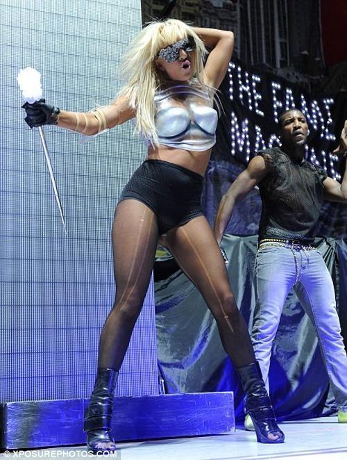 Сегодня имя 22-летней певицы в эпатажных нарядах известно каждому… Ее дебютный сингл Just Dance был выпущен в апреле прошлого года и практически тут же поднялся на первые позиции в чартах Канады и Австралии. Кроме этого, он занял 2-е место Hot Dance Airplay и Hot Dance Club Play, став при этом клубным хитом.